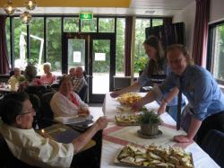 Bewoners Zilverschoon verwend met high tea