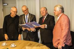 Gerard van den Tweel overhandigt eerste exemplaar Nijkerk 600 in Beeld en Geluid aan burg. Renkema