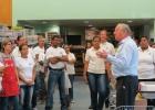 Van den Tweel spreekt medewerkers toe voordat de winkel open gaat op 13 mei 2013